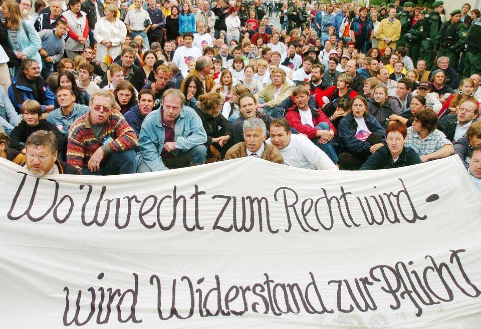 Mieszkańcy blokują marsz neonazistów w Wunsiedel. To dla brunatnego ruchu symboliczne miasto - pochowano tam Rudolfa Hessa, jednego z najbliższych współpracowników Adolfa Hitlera