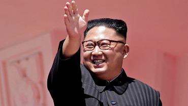 Dyktator Kim Dzong Un przyjmuje defiladę uświetniająca państwowe obchody 70. rocznicy ustanowienia reżimu. Phenian, Korea Północna, 9 września 2018