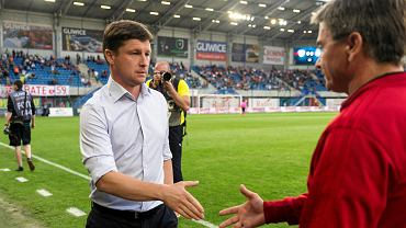 Aleksei Baga, trener BATE Borysów ( z lewej) i Waldemar Fornalik, trener Piasta Gliwice