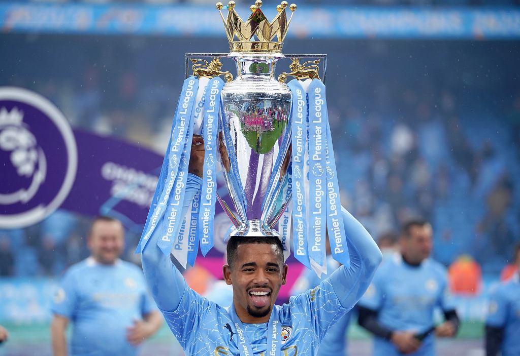 Gabriel Jesus z Manchesteru City trzyma puchar z okazji zdobycia tytułu mistrza Anglii po meczu piłki nożnej pomiędzy Manchesterem City a Evertonem na stadionie Etihad w Manchesterze