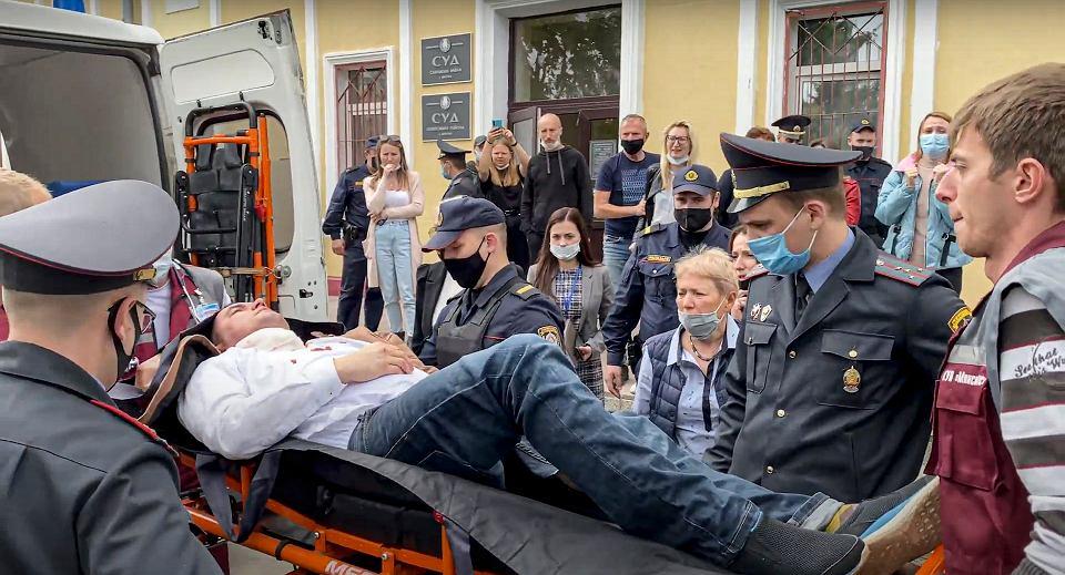 Stiepan Łatypow odwożony do szpitala po próbie samobójczej na sali rozpraw w Mińsku, 1 czerwca 2021 r.