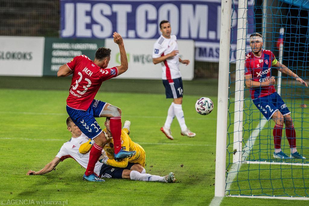 Mecz Górnika z Rakowem. Drugiego gola dla gospodarzy zdobywa Piotr Krawczyk
