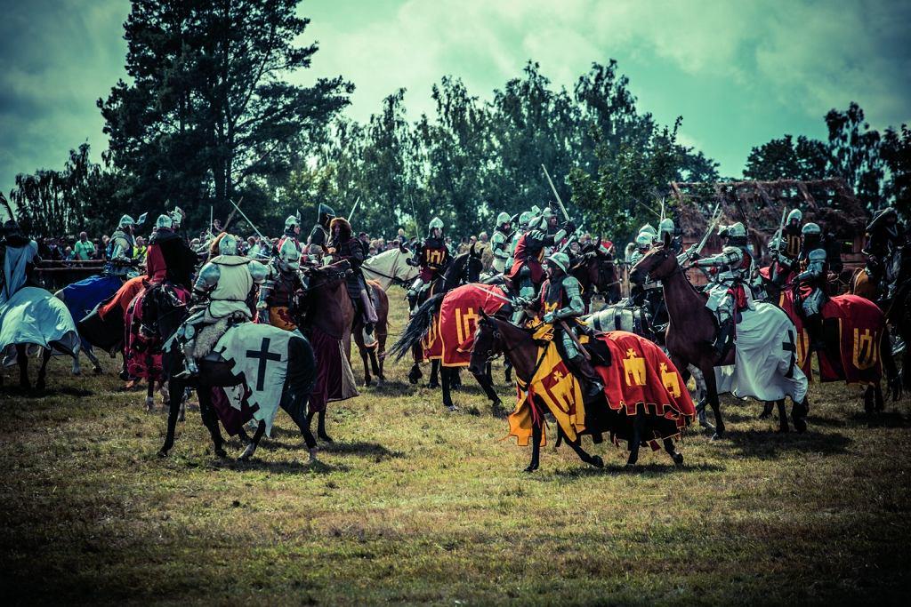 Pojedynek konnych robi duże wrażenie, mimo że jest ich zaledwie około 30. W średniowiecznych bit- wach były ich setki, a nawet tysiące.