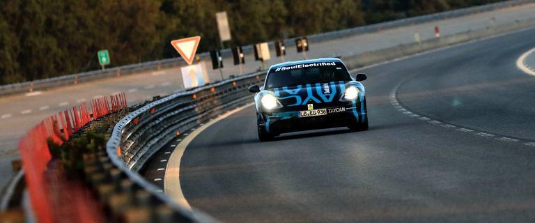 Porsche Taycan podczas nietypowego testu na włoskim torze Nardo