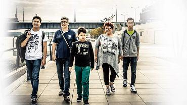 Kirgiska rodzina (od lewej): Kubanychbek, Azim, Asanbek, Elmira i Kurmanbek, mieszkają w Polsce od ponad czterech lat. Na zdjęciu: spacerują po bulwarach wiślanych w Warszawie, 5 września 2015 r.