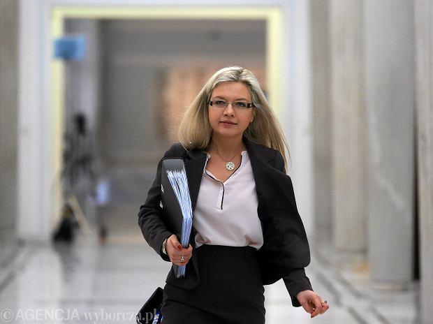 Przewodnicząca Małgorzata Wassermann w drodze na posiedzenie sejmowej komisji śledczej ds. afery Amber Gold. Warszawa, Sejm, 4 kwietnia 2017
