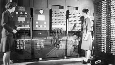 Betty Jean Jennings (z lewej) i Frances Bilas (z prawej) obsługują główne panele kontrolne ENIAC-a