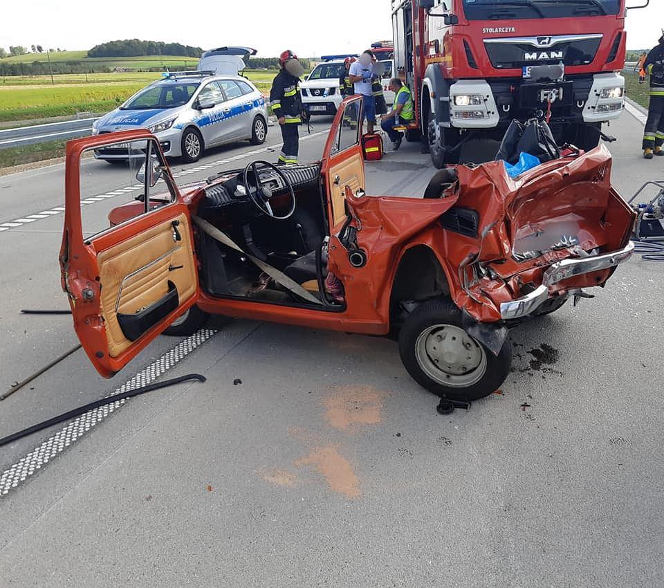 Wypadek na autostradzie A1. Ranne zostały dwie osoby podróżujące maluchem