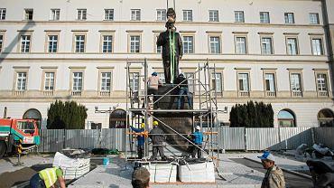 Nowo budowany pomnik Lecha Kaczyńskiego na placu Piłsudskiego w Warszawie. 7 listopada 2018