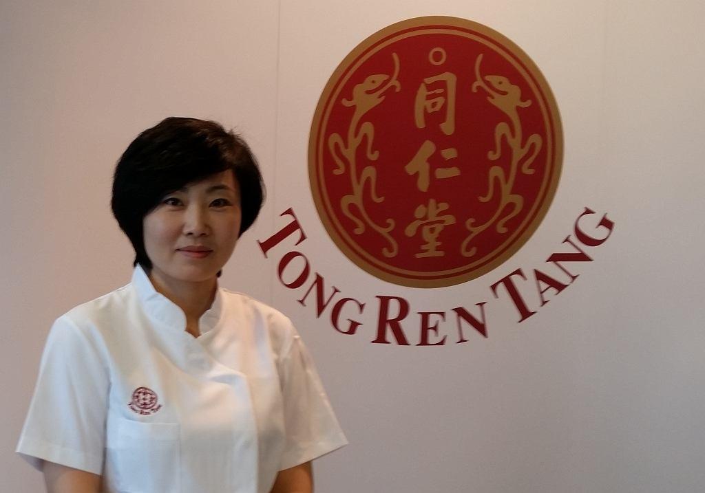 Masażystka Meng Xianhong z kliniki Beijing Tong Ren Tang