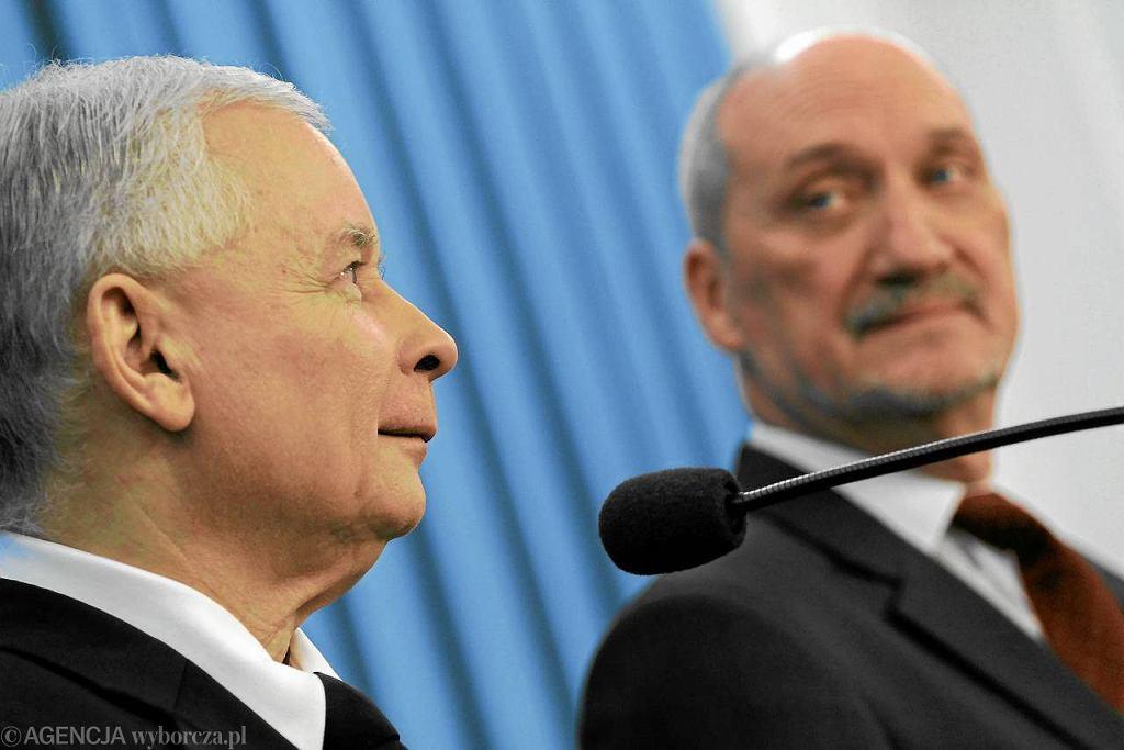 Ekipa Jarosława Kaczyńskiego, Antoniego Macierewicza i ich towarzyszy od 25 lat próbuje emocjonalnie rozhuśtać Polaków i na tej fali dojść do władzy, ale jakoś jej to nie wychodzi
