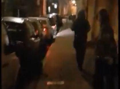 Napastnicy z ul. Gazowej. Kadr z filmu opublikowanego przez Ośrodek Monitorowania Zachowań Rasistowskich i Ksenofobicznych.