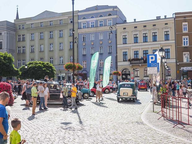 Zdjęcie numer 35 w galerii - Międzynarodowy rajd zabytkowych pojazdów na Rynku w Wałbrzychu. Było co podziwiać [ZDJĘCIA]