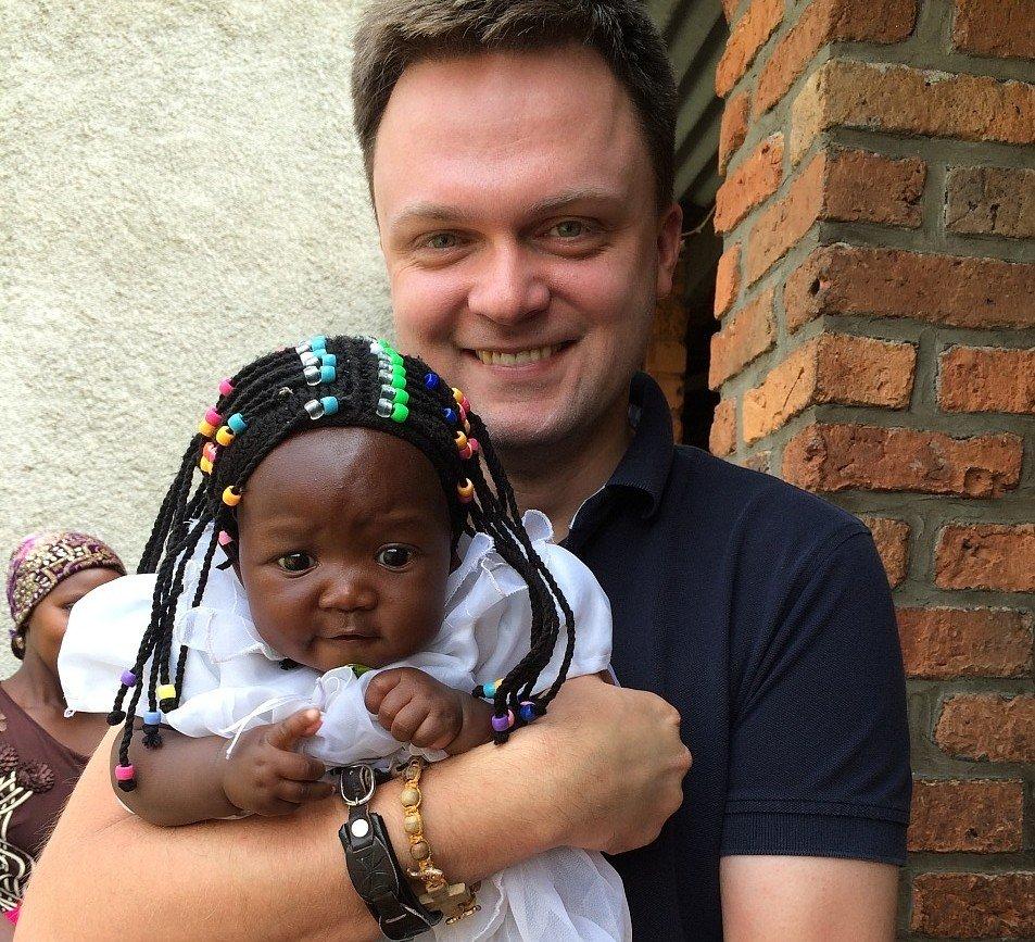 Szymon Hołownia z jednym z dzieci ze szpitala w Kongo