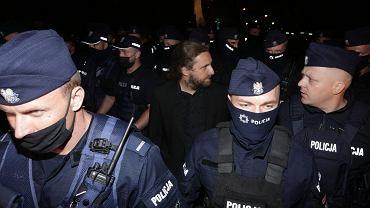 Poseł Dobromir Sośnierz eskortowany przez policję. Protest przed sejmem po przyjęciu ustawy lex TVN 11.08
