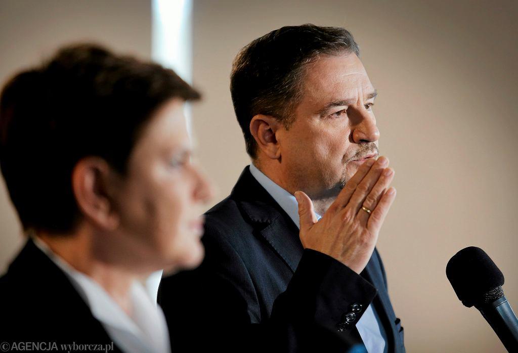 Przewodniczący związku zawodowego 'Solidarność' Piotr Duda i premier rządu PiS Beata Szydło podczas konferencji prasowej w katowickiej siedzibie związku