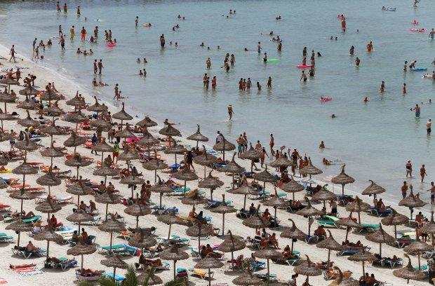 Tłum turystów na plaży w Palma de Mallorca, stolicy hiszpańskiej wyspy Majorka