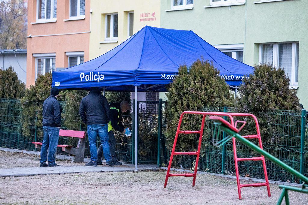 14 listopada. Oględziny miejsca, w którym zginął Adam Czerniejewski. Plac zabaw przy ul. Wyszyńskiego w Koninie