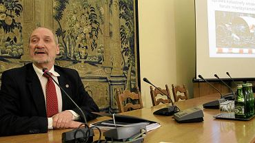 Antoni Macierewicz na posiedzeniu zespołu ds. zbadania przyczyn katastrofy smoleńskiej