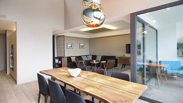 Jadalnia ze stołem wykonanym z surowego drewna z kolekcji DSF.