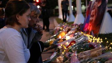 Kwiaty i znicze przed brytyjskim parlamentem, ku czci zamordowanej posłanki Jo Cox