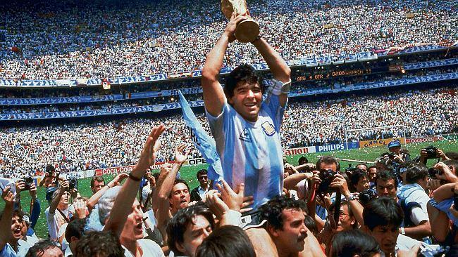 """Diego Maradona nie żyje. Jak niziutki Argentyńczyk został """"bogiem futbolu"""""""