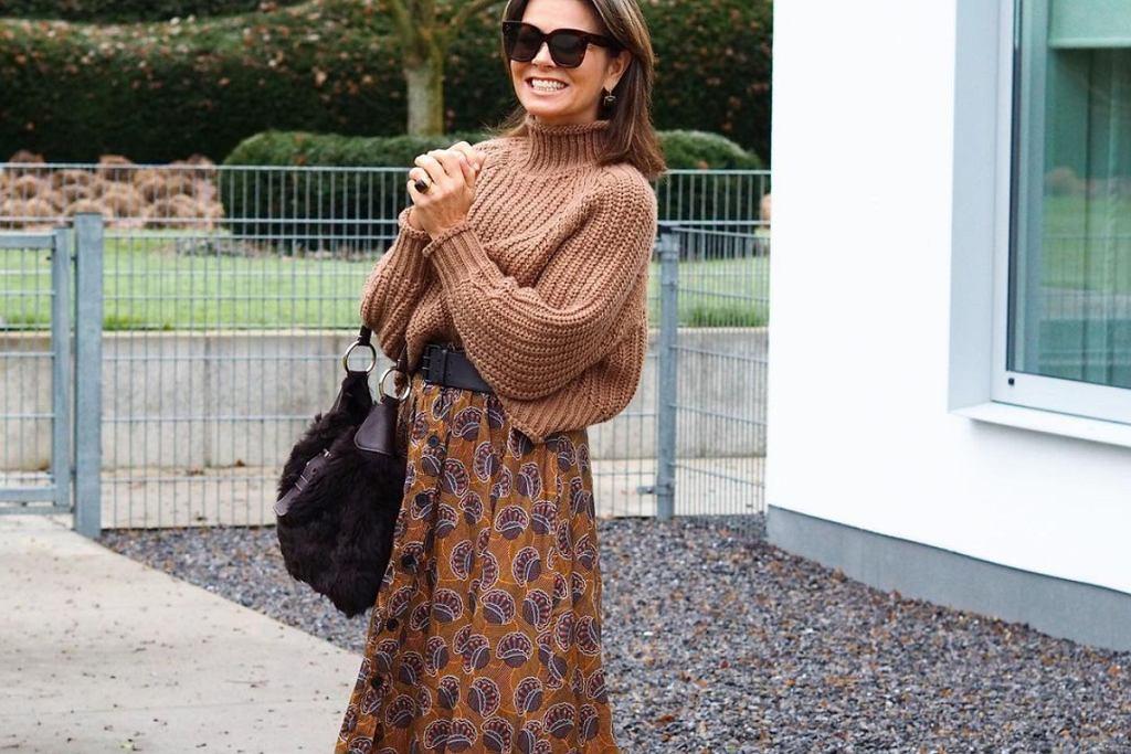 Ten krój spódnicy jest rewelacyjny dla kobiet po 50-tce!