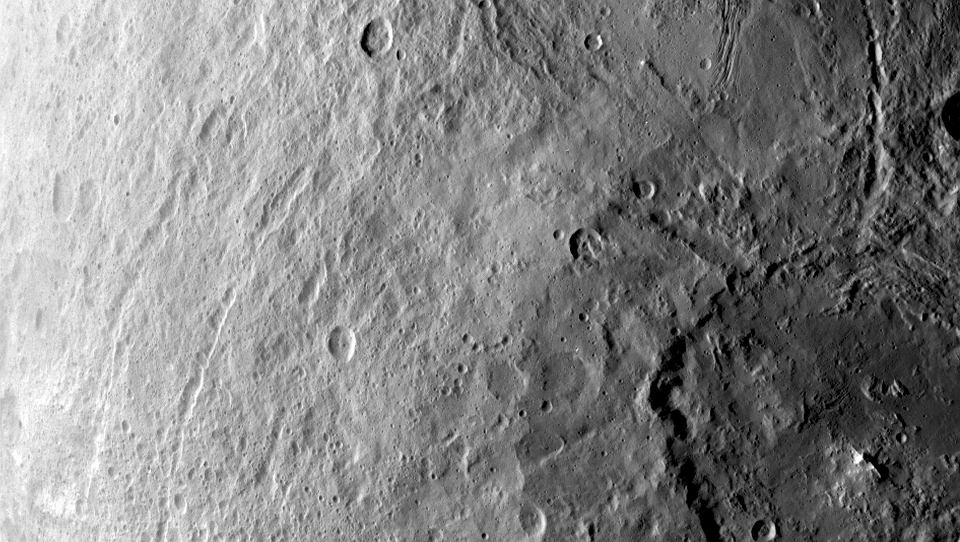 Zdjęcie numer 4 w galerii - Planeta Ceres zdumiewa naukowców. Oprócz tajemniczych jasnych plam jest tam też... piramida?