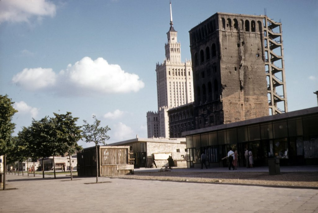 Oto nieco surowe, amatorskie zdjęcia z podróży dra Schulza, które publikujemy za jego uprzejmą zgodą. Na zdjęciu ulica Marszałkowska. Na pierwszym planie pawilony handlowe, które przetrwały aż do 2010 r., głębiej nieodbudowany jeszcze wieżowiec Pasty, a w tle pachnący nowością Pałac Kultury