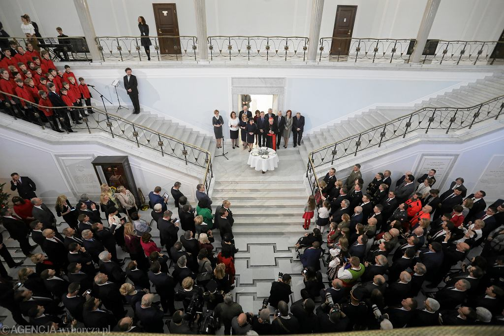 Posłowie podczas spotkania opłatkowego w Sejmie