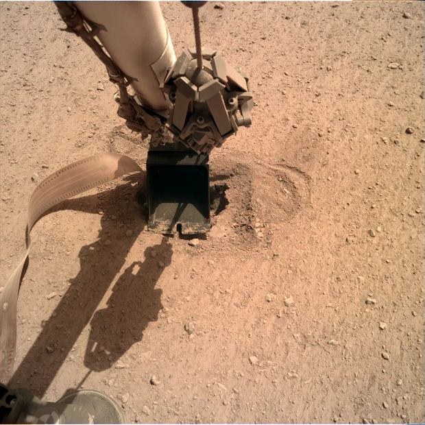 Mars, sonda InSight z zagłębionym w marsjańskim gruncie Kretem.