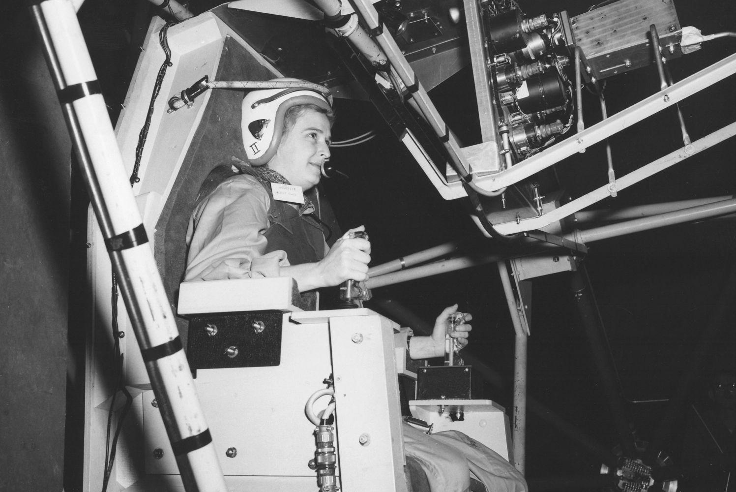 Jerrie Cobb podczas ćwiczeń w 1961 roku (fot. flickr.com/photos/nasacommons)