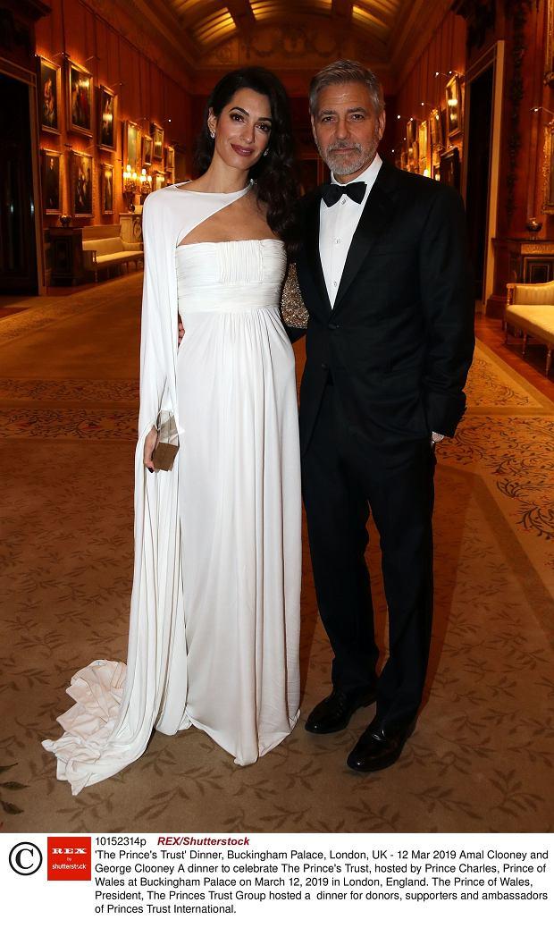 Zdjęcie numer 2 w galerii - Amal Clooney na kolacji u księcia Karola wyglądała lepiej niż księżne! Jej suknia to sto procent elegancji