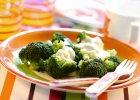 Różyczki brokułu gotowane na parze z dipem jogurtowym. - Zdjęcia