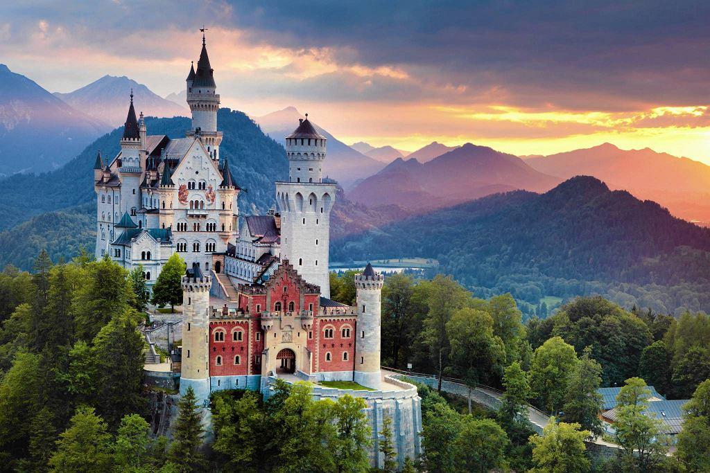 Na dziedziniec zamku z miasteczka dochodzi się bezpłatnie (można teżwjechać bryczką lubautokarem) i właśnie oglądanie go z zewnątrz jest największą atrakcją. Dorośli za półgodzinne zwiedzanie wnętrz płacą 12 euro, dzieci mają wstęp wolny.