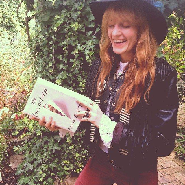 Florence z egzemplarzem 'Szczygła' Donny Tartt / archiwum prywatne Florence Welch