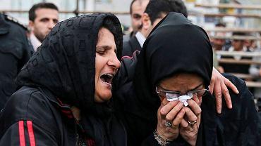Irak od lat jest w czołówce krajów stosujących karę śmierci. Skazanych najczęściej się wiesza. Na zdjęciu: Iranka o nazwisku Hosseinzadeh pod wpływem nacisków rodziny oskarżonego wykonała gest wybaczenia wobec zabójcy swojego syna.