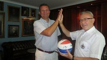 Piotr Sieńko i Tadeusz Matykiewicz po podpisaniu umowy