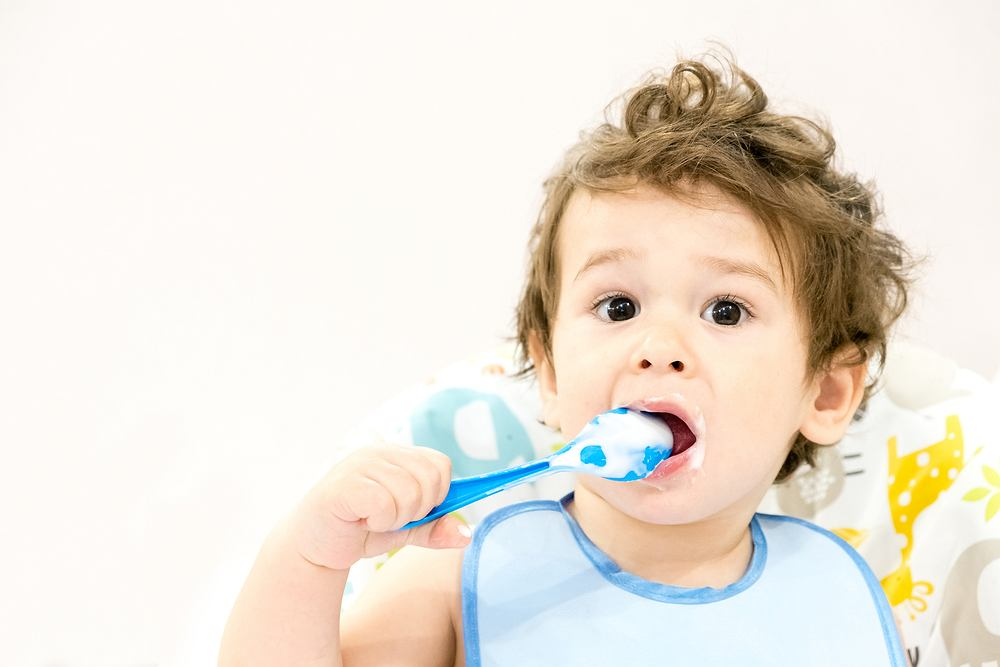 Dziecko jedzące jogurt