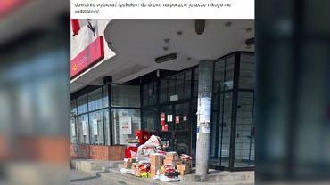 Paczki zostawione przed pocztą w Sulejówku