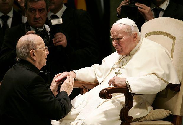 Jan Paweł II błogosławi podczas specjalnej audiencji 30 listopada  2004 r. ojca Marciala Maciela Degollado, założyciela Legionu Chrystusa. Degollado wykorzystywał seksualnie seminarzystów i miał kilkoro dzieci z co najmniej czterema kobietami