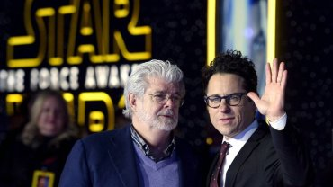 """Twórca """"Gwiezdnych Wojen"""" George Lucas i reżyser najnowszej części sagi J.J. Abrams na premierze """"Przebudzenia Mocy"""""""