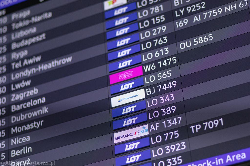 Tablica odlotów na lotnisku Chopina