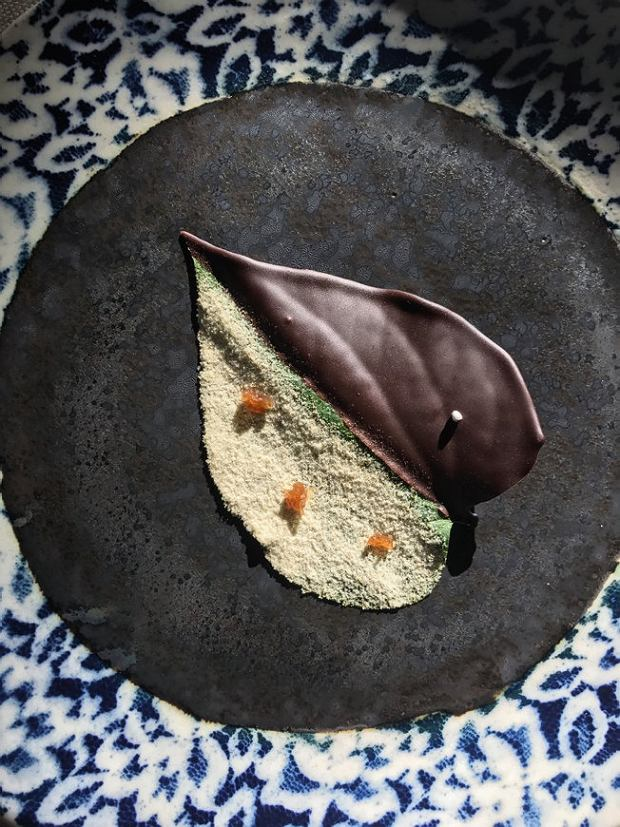 Restauracja Gaa: słodkie liście betelu wciemnej czekoladzie z kminem