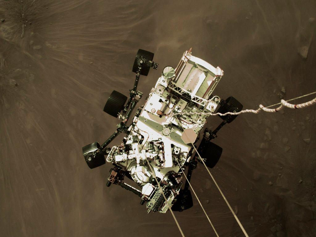 NASA pokazała zdjęcie zrobione przez łazik Perseverance w czasie lądowania na Marsie.