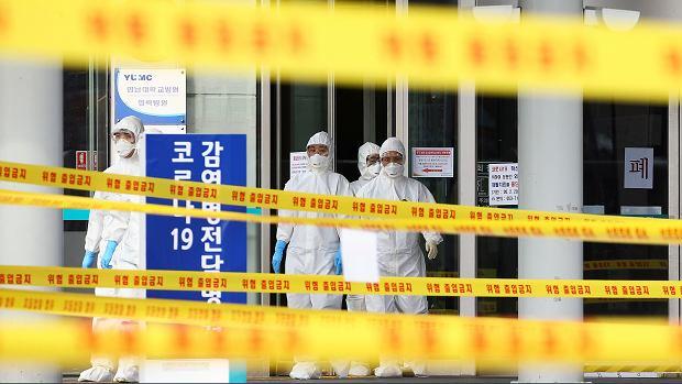 Koronawirus. Ponad 100 tys. zakażonych na świecie. Na zdjęciu: personel szpitala  w Dawgu. Korea, 1 marca 2020