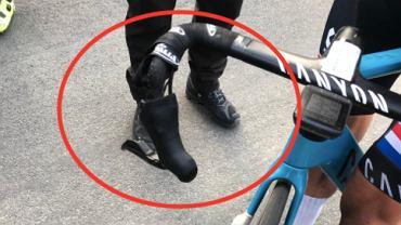 Mathieu van der Poel (kolarstwo, Holandia) ze złamaną kierownicą podczas wyścigu w Le Samyn. Źródło: TWitter
