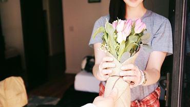 Prezent, kwiaty, dzień kobiet