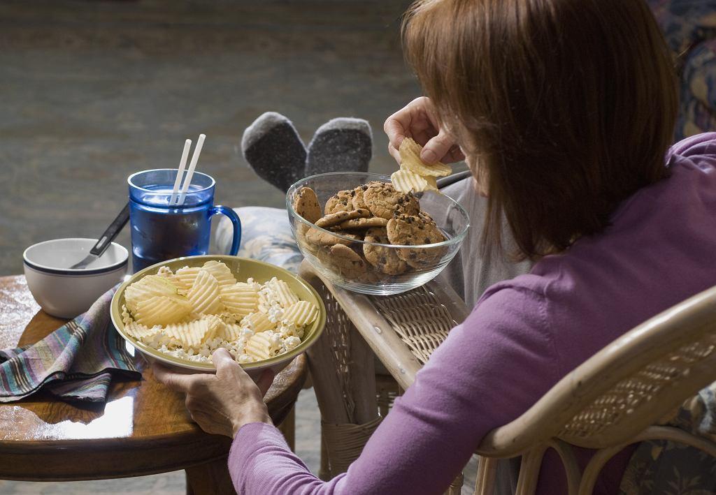 Domowa izolacja nie służy nasze sylwetce. Jak nie przytyć? Dietetyczka udziela trzech wskazówek