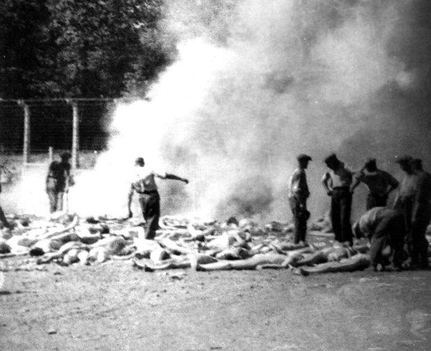 Sonderkommnado z Auschwitz przy wykonywaniu codziennych obowiązków (fot. Wikimedia.org / Public Domain)
